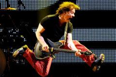 rock-roll-hall-of-fame-beri-penghormatan-kepada-eddie-van-halen